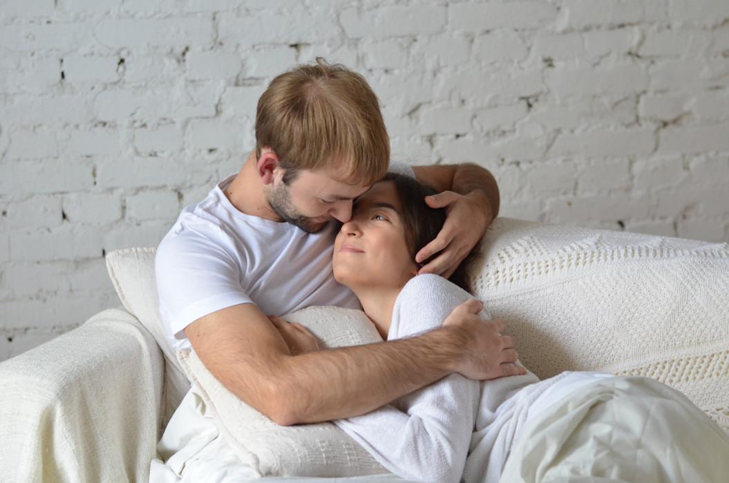 pareja en un sofá