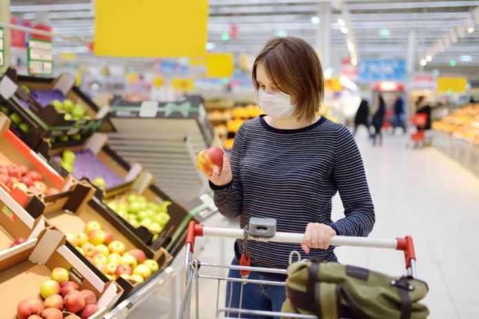 Mujer haciendo mercado
